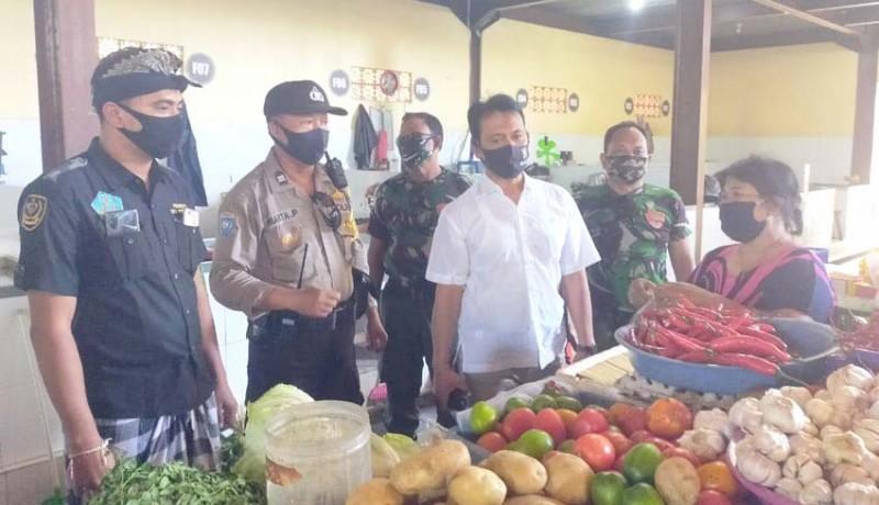 www.nusabali.com-petugas-gabungan-sidak-prokes-di-pasar-legian
