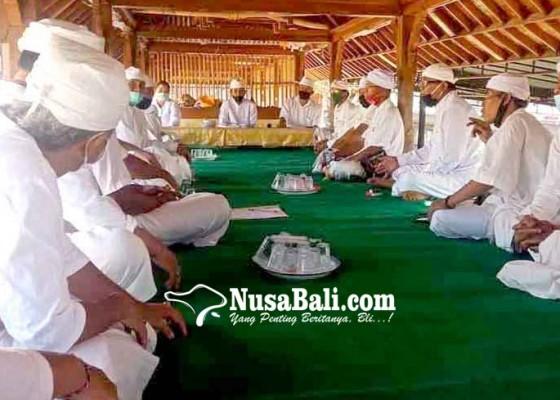 Nusabali.com - pamangku-se-desa-seraya-parum-bagi-tugas-karya-usaba-kaja