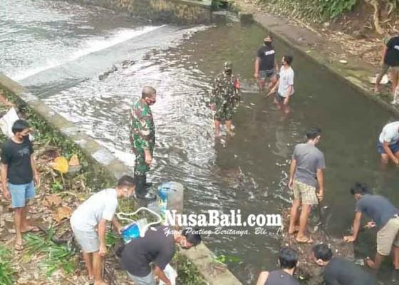 Nusabali.com - danramil-sidemen-bersihkan-selokan-tercemar-plastik