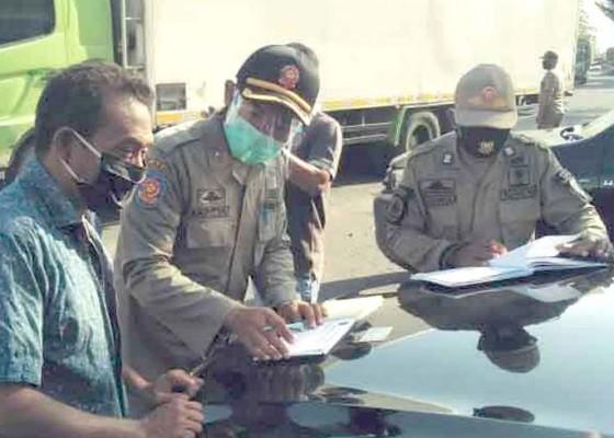 Nusabali.com - tanpa-masker-11-pengunjung-pasar-diberikan-surat-peringatan