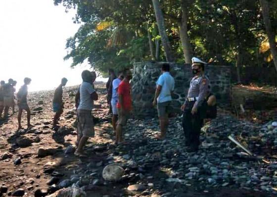 Nusabali.com - mayat-mr-x-ditemukan-tertelungkup-di-pantai-pelisan
