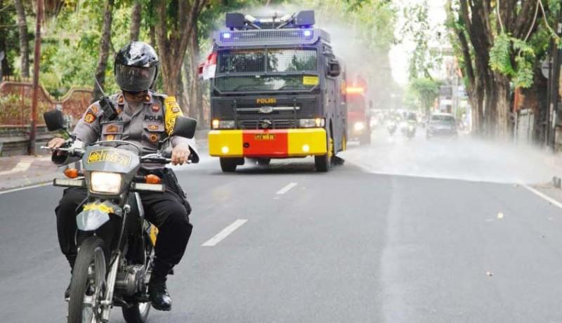 www.nusabali.com-polresta-denpasar-dan-polres-badung-semprot-disinfektan