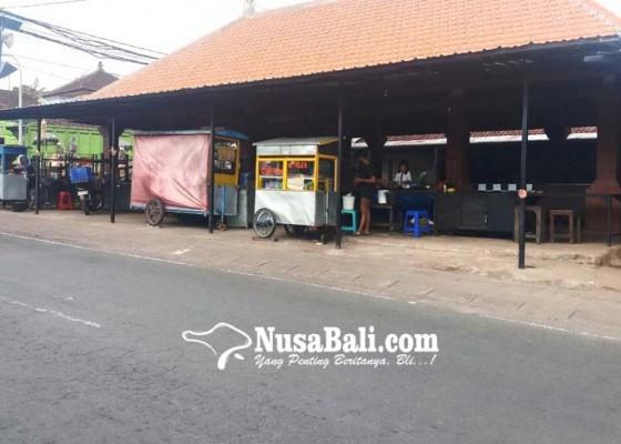 Nusabali.com - pedagang-kembali-berjualan-di-pasar-desa-adat-penarungan