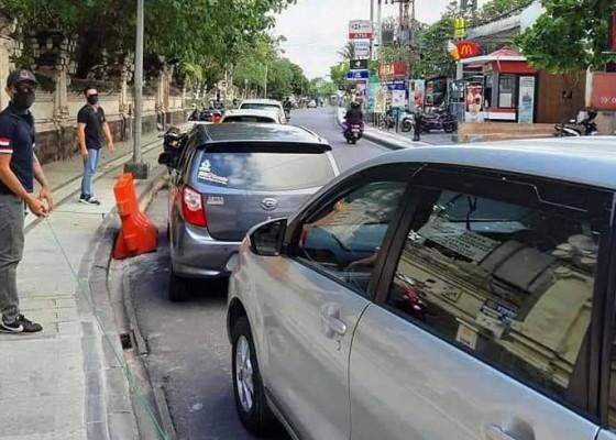 Nusabali.com - lpm-kuta-tertibkan-kendaraan-yang-parkir-tak-pada-tempatnya