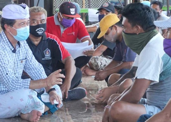 Nusabali.com - bupati-suwirta-bagikan-blt-ke-5-desa-di-nusa-penida