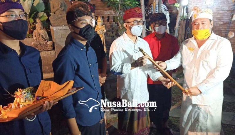 www.nusabali.com-deklarasi-dukung-jaya-wibawa-amd-serahkan-tongkat-pusaka