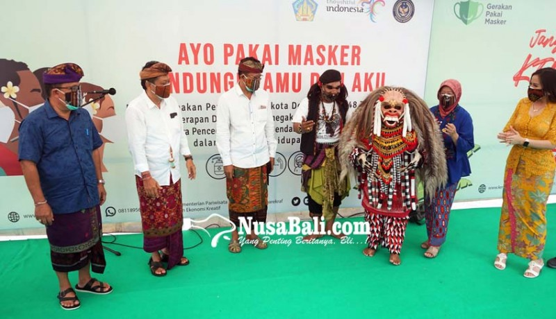 www.nusabali.com-celuluk-ikut-bagikan-masker-di-pasar-badung