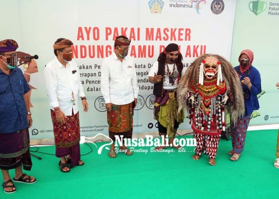 Nusabali.com - celuluk-ikut-bagikan-masker-di-pasar-badung