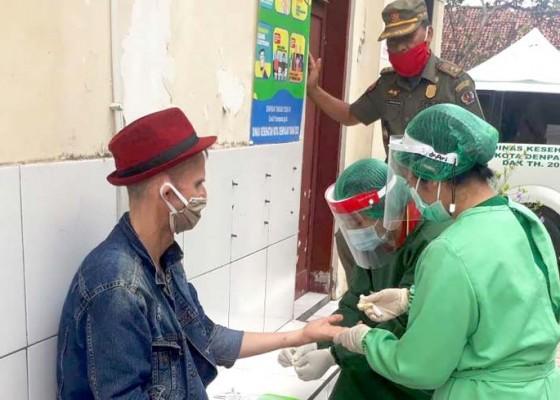 Nusabali.com - satpol-pp-kota-denpasar-rapid-test-bule-linglung