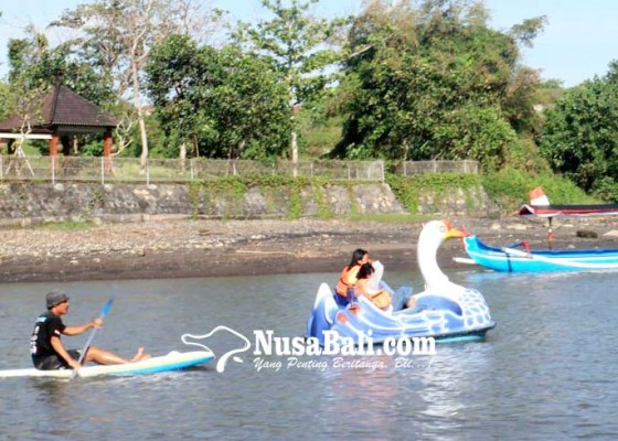 Nusabali.com - umanis-kuningan-pantai-yeh-gangga-diserbu-pengunjung