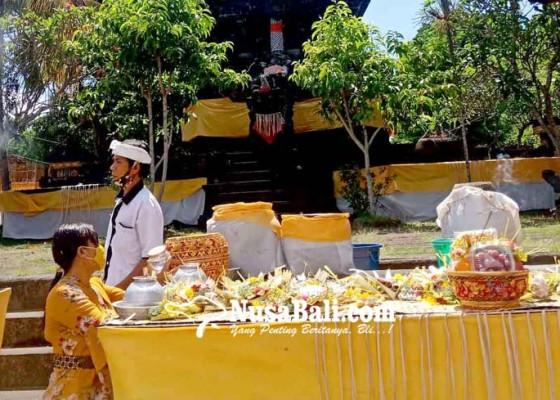 Nusabali.com - pamedek-pakai-masker-ke-pura-jagatnatha