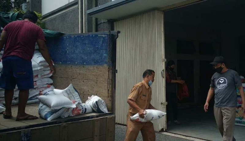 www.nusabali.com-4081-warga-badung-terima-bantuan-beras-dari-kemensos