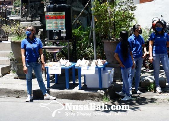 Nusabali.com - yayasan-kolewa-bagikan-nasi-bungkus-gratis