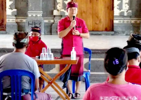 Nusabali.com - cabup-gede-dana-sapa-warga-padangbai-dengan-salam-era-baru