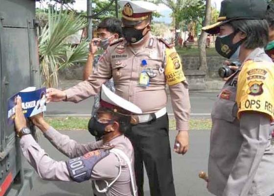Nusabali.com - polres-pasang-119-stiker-imbauan-pakai-masker