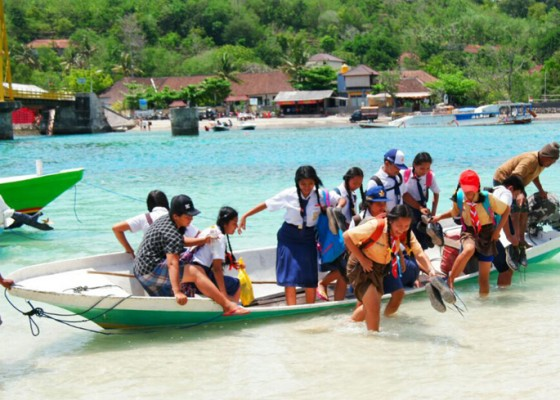 Nusabali.com - pasca-ambruk-jembatan-kuning-ceningan-lembongan-disambungkan-perahu