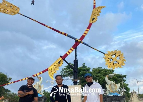 Nusabali.com - ketiga-seniman-bersama-karyanya-instalasi-seni-panah-cakra-baskara