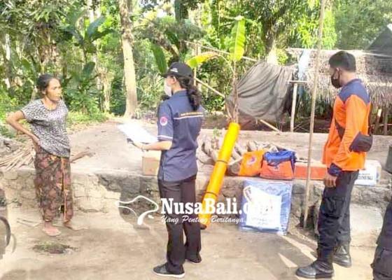 Nusabali.com - bpbd-bantu-dua-korban-kebakaran