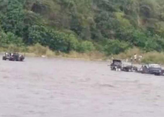 Nusabali.com - 7-unit-mobil-jeep-willys-terseret-arus-tukad-unda