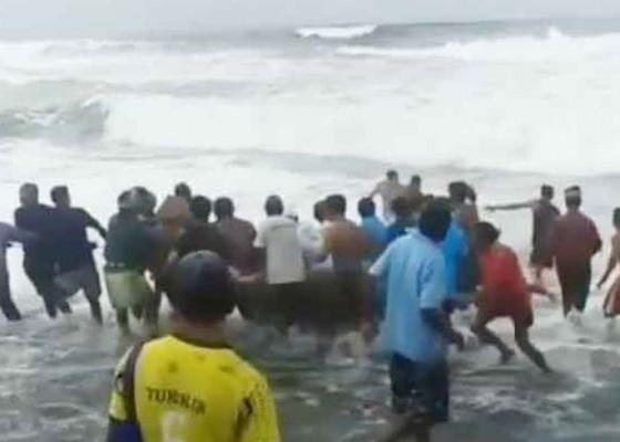 Nusabali.com - jukung-terbalik-karena-ombak-dua-nelayan-selamat
