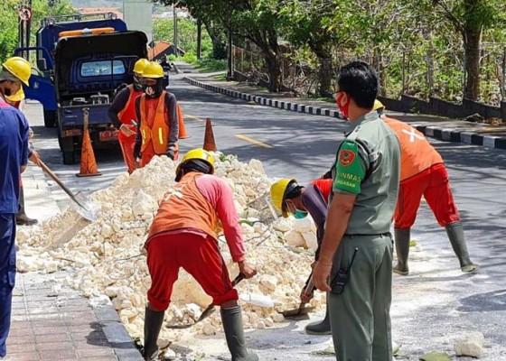 Nusabali.com - limestone-dibuang-di-tanjakan-gwk-2-pemotor-jatuh