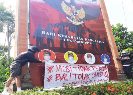 Nusabali.com - massa-tolak-omnibus-law-lakukan-aksi-simbolik-di-denpasar