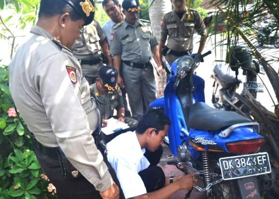 Nusabali.com - petugas-gembok-motor-pelanggar-parkir