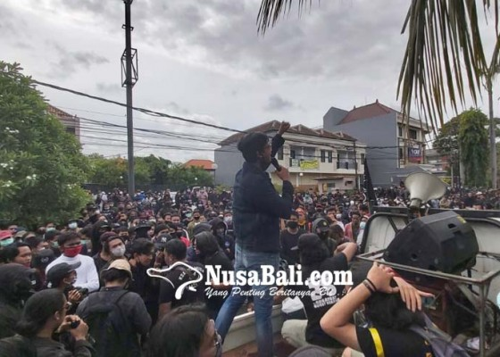 Nusabali.com - demo-di-denpasar-rusuh-polisi-dilempari