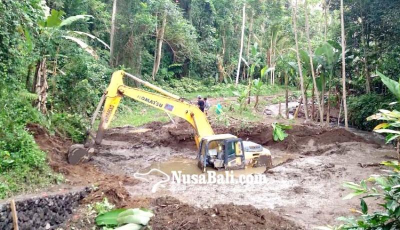 www.nusabali.com-ekskavator-terjebak-di-lumpur