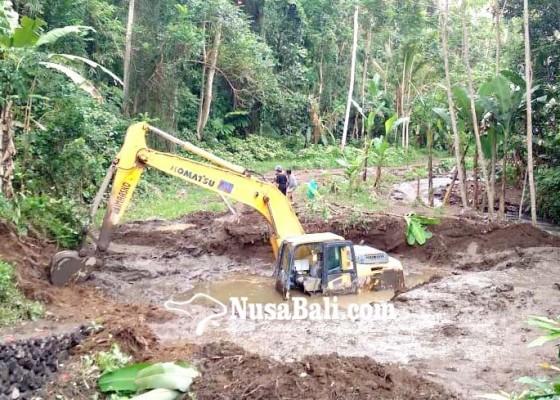Nusabali.com - ekskavator-terjebak-di-lumpur