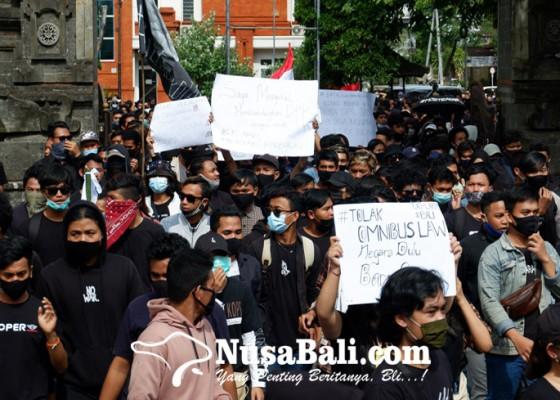 Nusabali.com - ribuan-massa-aliansi-bali-tidak-diam-turun-jalan-tolak-uu-omnibus-law
