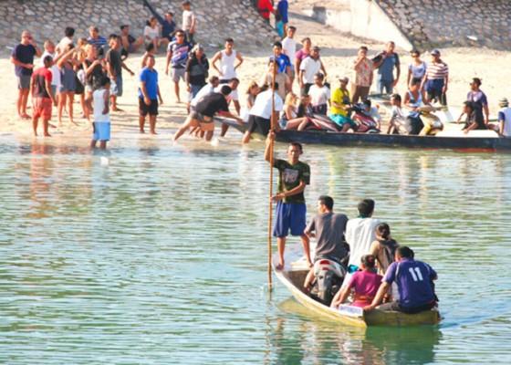 Nusabali.com - muncul-15-perahu-seberangkan-warga-dan-turis