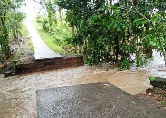 Nusabali.com - 2-jembatan-putus-jukung-nelayan-hilang