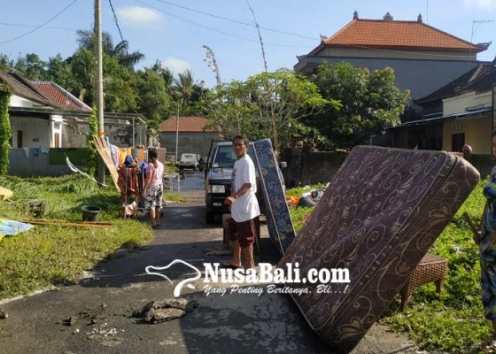 Nusabali.com - 100-kk-korban-banjir-sanggulan-bersihkan-rumah