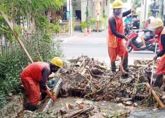 Nusabali.com - siaga-banjir-150-personel-pupr-diterjunkan-bersihkan-drainase