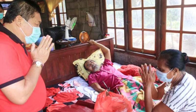 www.nusabali.com-jumat-peduli-bupati-artha-kembali-sambangi-warga-sakit