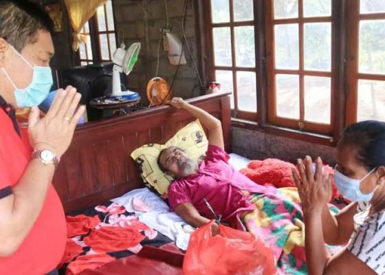Nusabali.com - jumat-peduli-bupati-artha-kembali-sambangi-warga-sakit