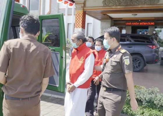 Nusabali.com - tiga-tersangka-korupsi-lpd-kekeran-ditahan