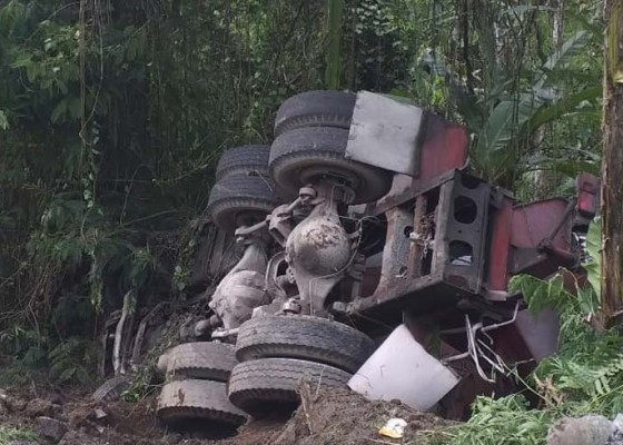 Nusabali.com - rem-blong-truk-terguling-di-payangan