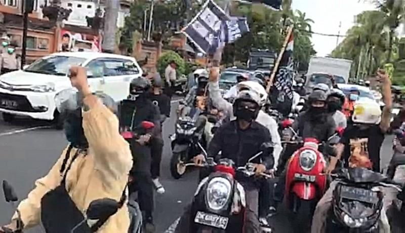 www.nusabali.com-pendukung-jerinx-kawal-mobil-tahanan-dari-polda-bali-ke-pn-denpasar