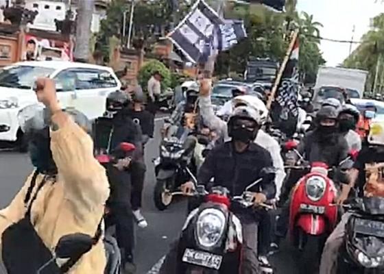 Nusabali.com - pendukung-jerinx-kawal-mobil-tahanan-dari-polda-bali-ke-pn-denpasar