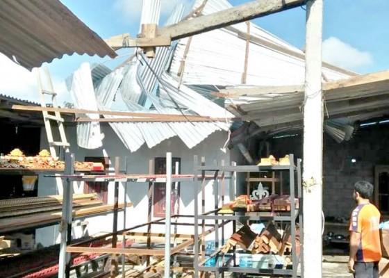 Nusabali.com - diterjang-hujan-angin-atap-dan-plafon-kantor-lurah-sempidi-rusak