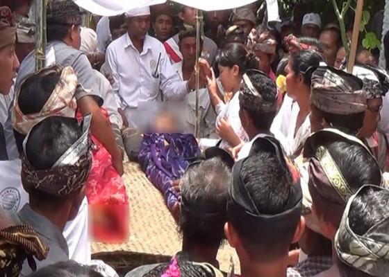 Nusabali.com - jenazah-kakak-adik-korban-jembatan-roboh-diabenkan