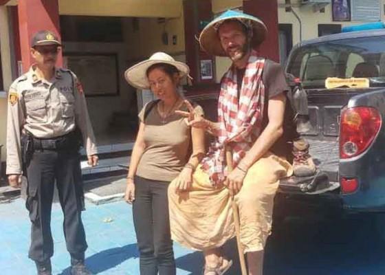Nusabali.com - dua-wisman-kelelahan-di-hutan-gunung-agung