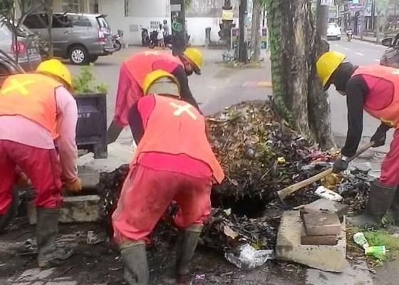 Nusabali.com - saluran-tersumbat-sampah-air-hujan-meluber-ke-jalan