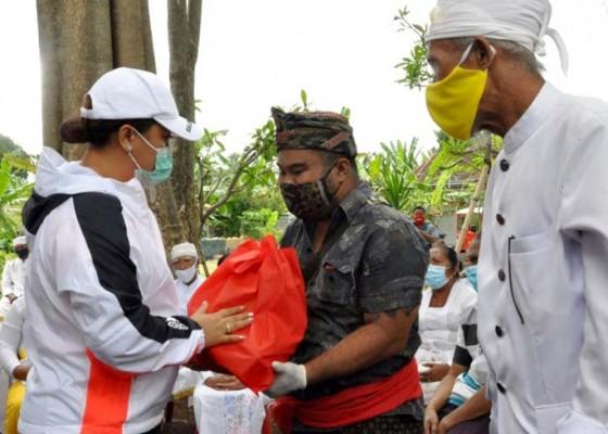 Nusabali.com - bupati-eka-serahkan-bantuan-kepada-korban-bencana-alam