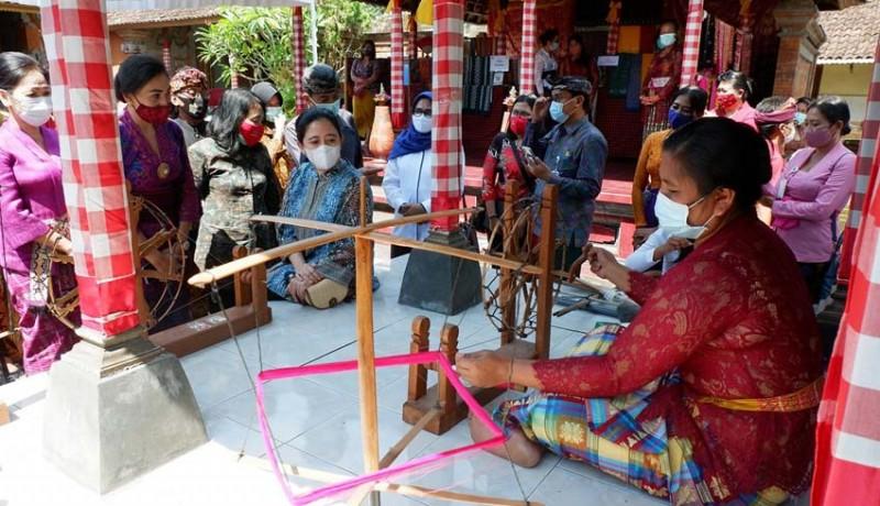 www.nusabali.com-ketua-dpr-tinjau-keranjinan-tenun-cagcag-di-pejeng-kangin