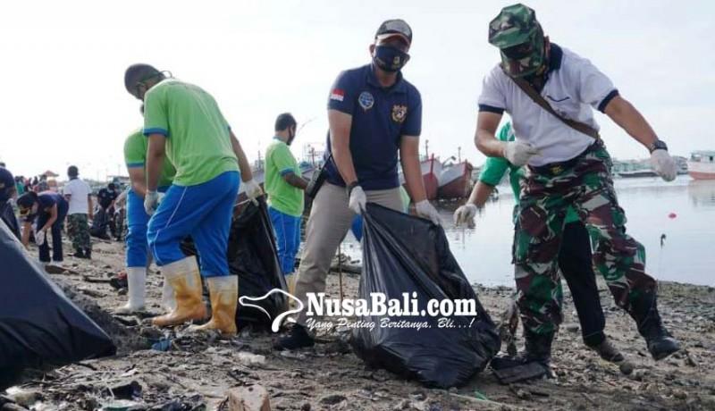 www.nusabali.com-gotong-royong-bersihkan-sampah-kiriman-di-pelabuhan-benoa