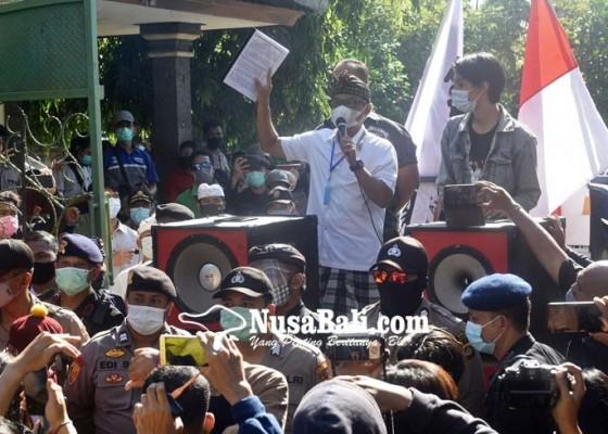 Nusabali.com - wakil-ketua-dewan-ditodong-naik-ke-mobil-pendemo