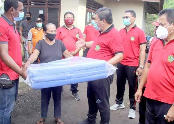 Nusabali.com - bupati-artha-bantu-warga-penyandang-disabilitas-dan-korban-longsor